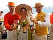 会場周辺ではレマン湖を眺めながら、様々なスイス産ワインを楽しめる(18日、ブベイ)