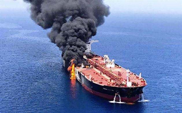 ホルムズ海峡付近で攻撃を受けて火災を起こし、煙を上げるタンカー=AP