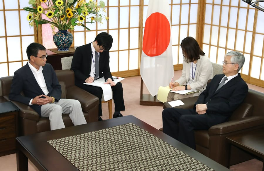 外相、韓国大使に抗議 元徴用工問題「極めて無礼」: 日本経済新聞