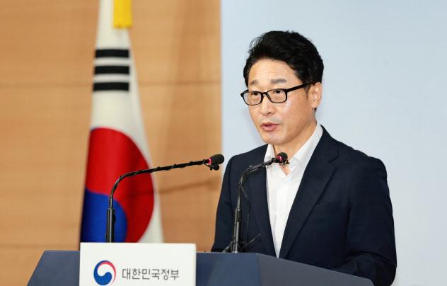 19日、記者会見する韓国産業通商資源省の李浩鉉(イ・ホヒョン)貿易政策官