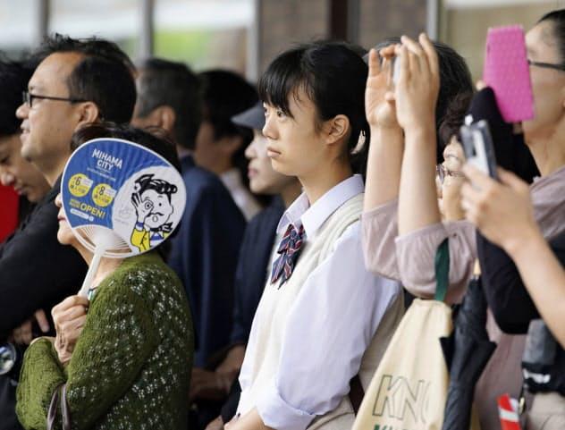 街頭演説を聞く人たち。制服姿の若者も熱心に耳を傾けていた(7日、千葉県船橋市)=共同