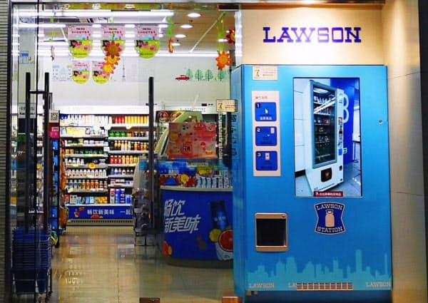 営業中は裏側が冷蔵棚として使え、閉店後は表側が自販機になる富士電機の自販機(中国のローソン)