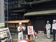 道後温泉本館の保存修理工事の状況を説明する関係者ら(19日)
