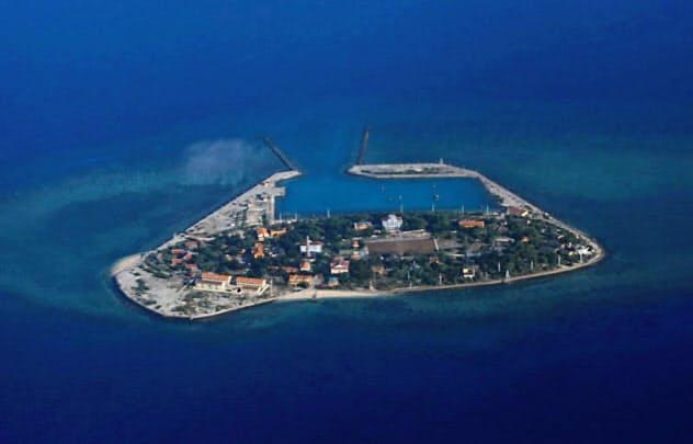 中国が弾道ミサイルの発射実験を実施したとされる南シナ海の南沙諸島=ロイター