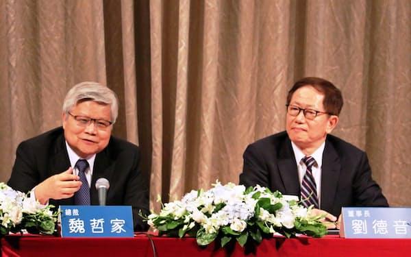 TSMCの魏哲家CEO(左)と劉徳音董事長(18日、台北市内での決算会見)