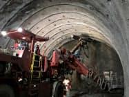 清水建設がサンドビック(横浜市)と共同開発した掘削システムを導入した新東名高速道路の高取山トンネル(神奈川県秦野市)の掘削工事