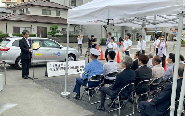 焼津市役所の駐車場で出発式を開き、中野弘道市長(左)があいさつした(19日、静岡県焼津市)