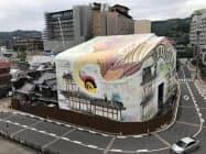道後温泉本館を覆うラッピングアートが公開された(19日)