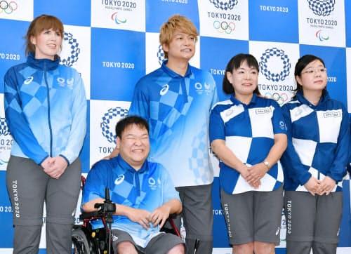 発表された東京五輪の都市ボランティア(右)と大会ボランティアのユニホーム(19日、東京都中央区)