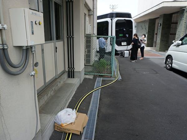 避難所となる体育館で実際に運用方法を実演した(19日、静岡市)
