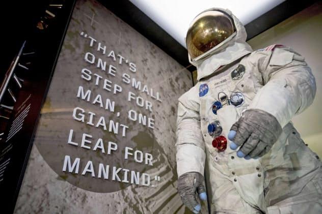 米スミソニアン航空宇宙博物館で公開された、アポロ11号のアームストロング船長が月で着用した宇宙服=16日(AP=共同)