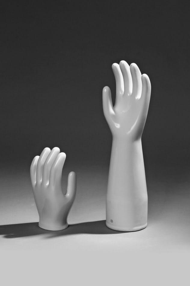 ゴム手袋のセラミックス製の型(撮影・岡野圭氏)=「くらしの造形 手のかたち・手のちから」展示図録より