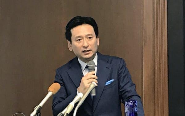 記者会見で質問に答える佐賀県の山口知事(19日、佐賀県庁)