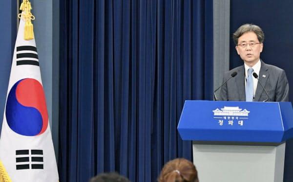 記者会見する韓国大統領府の金鉉宗国家安保室第2次長(19日、ソウル)=共同