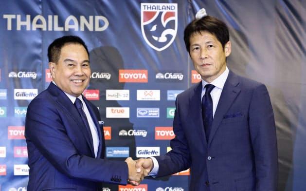 タイ代表監督に就任し、タイ・サッカー協会のソムヨット会長(左)と握手を交わす日本代表前監督の西野朗氏(19日、東京都内)=共同