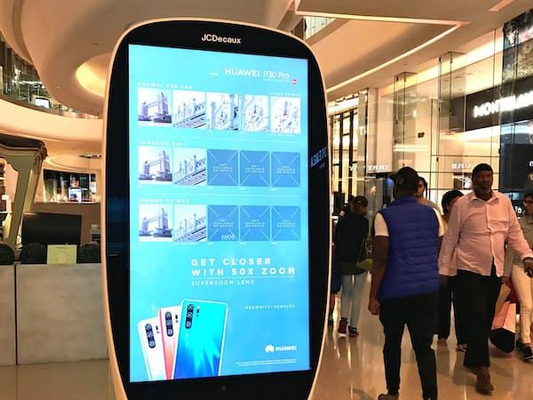 商業施設にあるファーウェイの携帯電話の広告(6月、ロンドン)