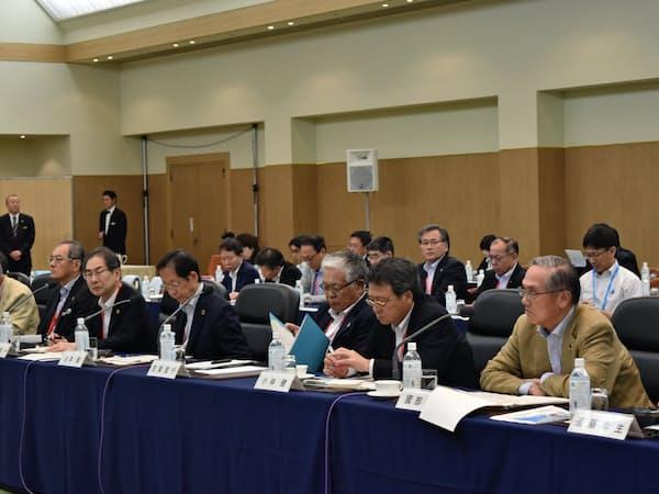 経団連の夏季フォーラムに出席した経営者は米中摩擦などを議論した(19日、長野県軽井沢町)