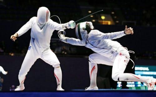 男子エペ個人決勝トーナメント2回戦見延和靖(左)を攻める宇山賢(19日、ブダペスト)=共同