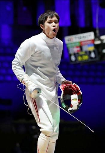 男子エペ個人決勝トーナメント2回戦で勝利し喜ぶ山田優(19日、ブダペスト)=共同