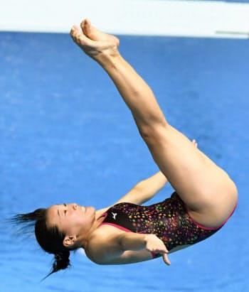 女子3メートル板飛び込み決勝 演技する三上紗也可(19日、光州)=共同