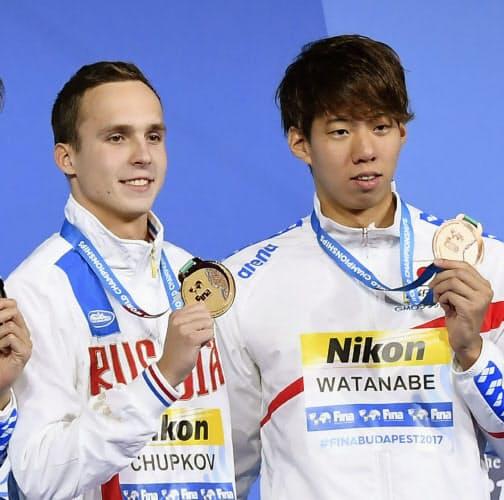 同い年のチュプコフ(左)とは5年以上、世界一を懸けてライバル関係が続く(2017年7月の世界選手権)=共同