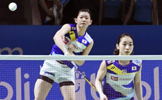 女子ダブルス準々決勝でプレーする高橋礼(左)、松友組(19日、ジャカルタ)=共同