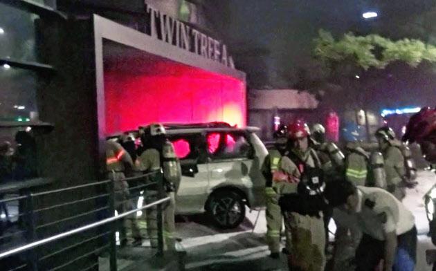 在韓日本大使館が入居するビルの前で炎上した車両(19日未明、ソウル)=鍾路消防署提供・聯合・共同