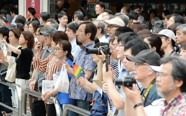 街頭演説を聞く有権者ら(20日午前、東京都港区)=一部画像処理しています