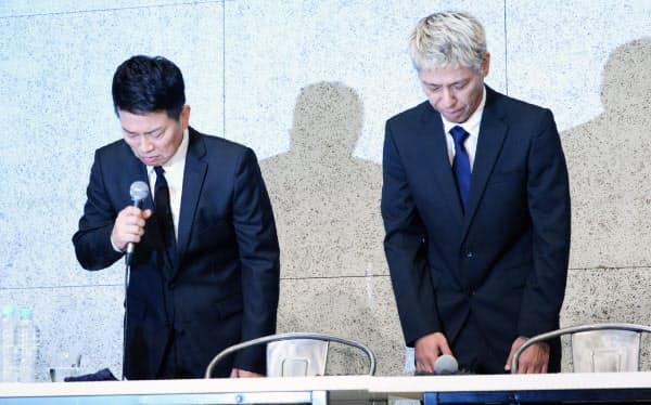 記者会見で頭を下げる「雨上がり決死隊」の宮迫博之さん(左)と「ロンドンブーツ1号2号」の田村亮さん(20日午後、東京都港区)