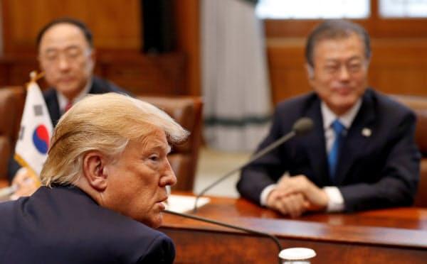 6月にソウルで首脳会談したトランプ大統領(手前)と文在寅大統領=ロイター