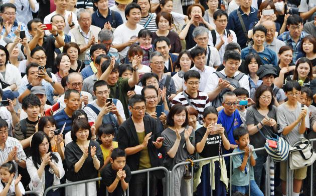 選挙戦最終日、街頭演説を聞く有権者ら(20日、埼玉県川口市)