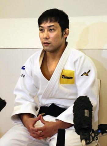 報道陣の取材に応じる柔道男子60キロ級の高藤直寿(20日、東京都目黒区)=共同