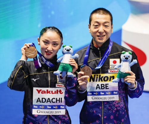 混合デュエット・フリールーティンで3位に入りメダルを手に笑顔の安部(右)、足立組(20日、光州)=共同