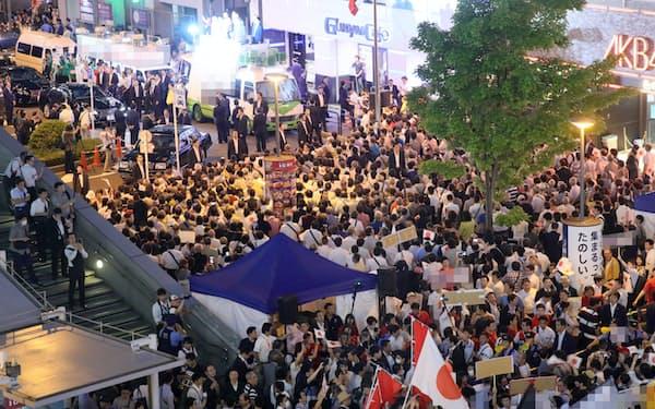 選挙戦最終日、党首の最後の訴えを聞く有権者ら(20日、東京・秋葉原)