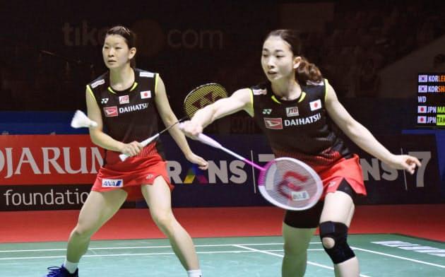 女子ダブルスで決勝に進出した高橋礼(左)、松友組(20日、ジャカルタ)=共同