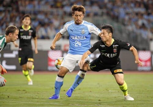 磐田―浦和 前半、倒れ込みながらゴールを決める浦和・長沢=右端(20日、静岡)=共同