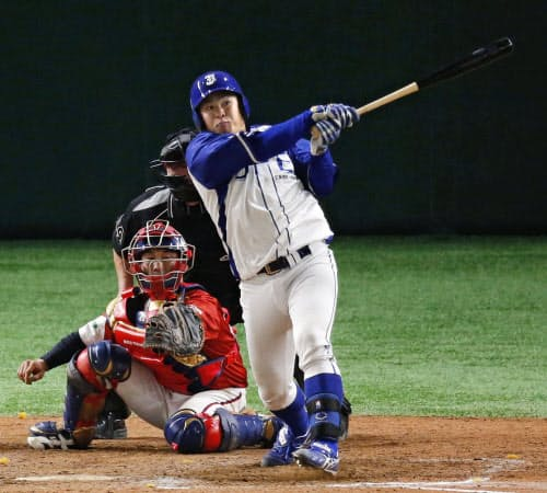 JFE東日本―明治安田生命 9回裏JFE東日本2死、猪田が左越えにサヨナラ満塁本塁打を放つ(20日、東京ドーム)=共同