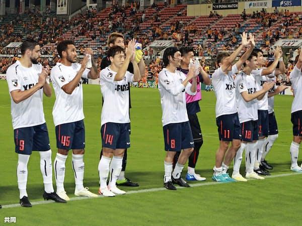清水に勝利し、サポーターの歓声に応えるFC東京イレブン(20日、アイスタ)=共同