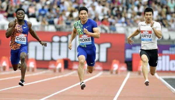 陸上ダイヤモンドリーグ第10戦の男子100メートル決勝で、日本歴代2位に並ぶ9秒98をマークして4位に入った小池(中央)。右は10秒13で7位の桐生(20日、ロンドン)=共同