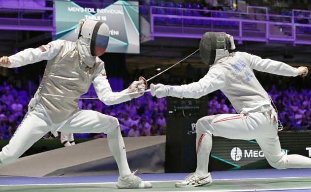 男子フルーレ個人決勝トーナメント3回戦 ロシア選手(左)と対戦する三宅諒(20日、ブダペスト)=共同