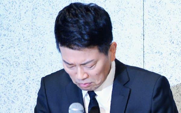 記者会見で頭を下げる「雨上がり決死隊」の宮迫博之さん(20日、東京都港区)
