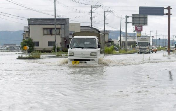 大雨の影響で冠水した福岡県大刀洗町の道路(21日午前10時56分)=共同
