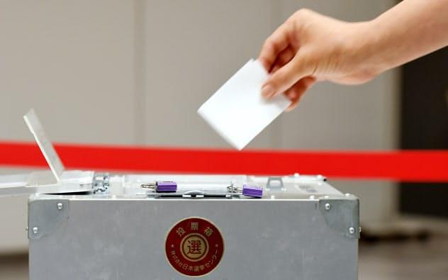 参院選の投票用紙に記入する有権者(21日、東京都千代田区)