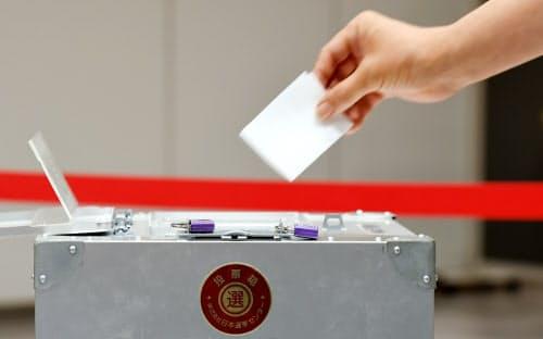 参院選の票を投じる有権者(21日、東京都千代田区)