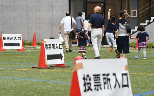 参院選の投票所に向かう有権者ら(21日、東京都千代田区)