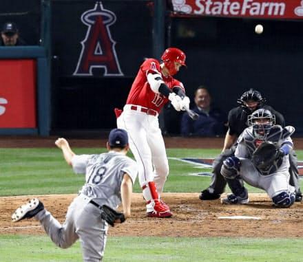 6月8日の初対決で四回、菊池(手前)から3者連続となる本塁打を放つ大谷=共同