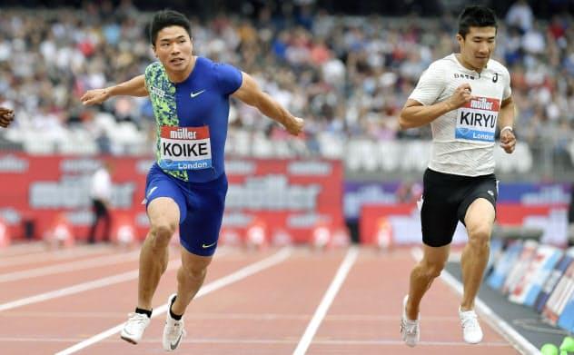陸上ダイヤモンドリーグ第10戦の男子100メートル決勝で、日本歴代2位に並ぶ9秒98をマークして4位に入った小池祐貴(左)=共同