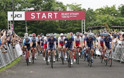 2020年東京五輪の自転車ロードレースのテスト大会で、ゴールの富士スピードウェイに向けスタートする選手たち(21日、武蔵野の森公園)=共同