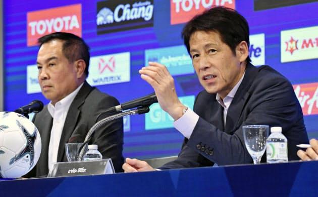 サッカーのタイ代表監督に就任し、記者会見する日本代表前監督の西野朗氏=右(21日、バンコク)=共同