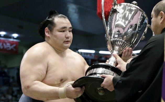 大相撲名古屋場所で6度目の優勝を果たし、日本相撲協会の八角理事長(右)から賜杯を受け取る横綱鶴竜=共同